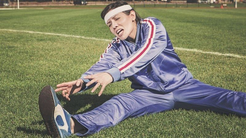 Cómo tocar los dedos de los pies (4 estiramientos para mejorar la flexibilidad)